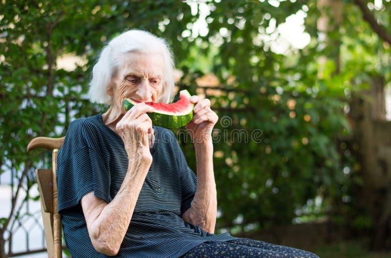 Starszy kobiety łasowania arbuz outdoors zdjęcia stock
