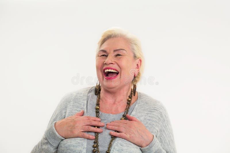 Starszy kobiety śmiać się odizolowywam zdjęcia stock