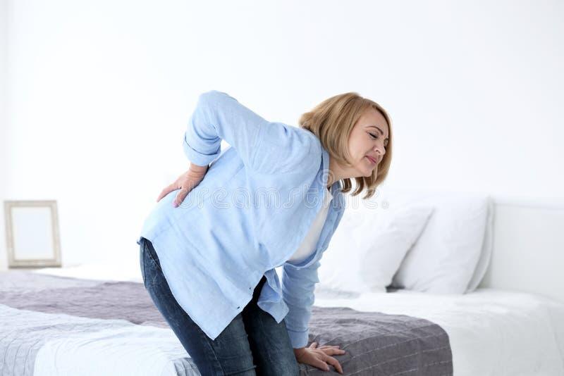 Starszy kobiety cierpienie od backache obrazy royalty free