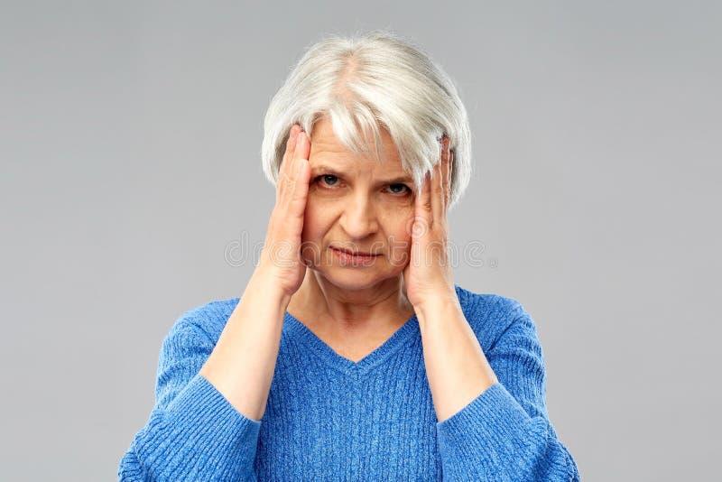 Starszy kobiety cierpienie od migreny fotografia royalty free