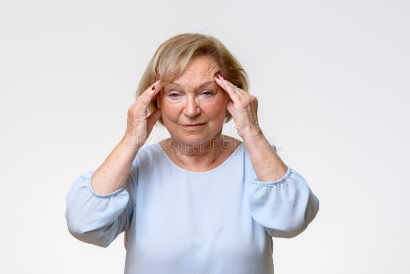 Starszy kobiety cierpienie od surowej migreny obraz stock