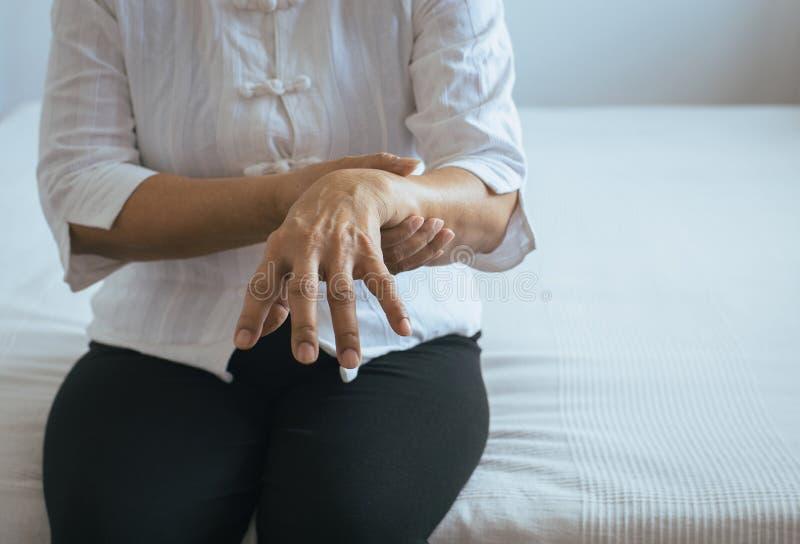 Starszy kobiety cierpienie z Parkinson choroby objawami na ręce fotografia stock