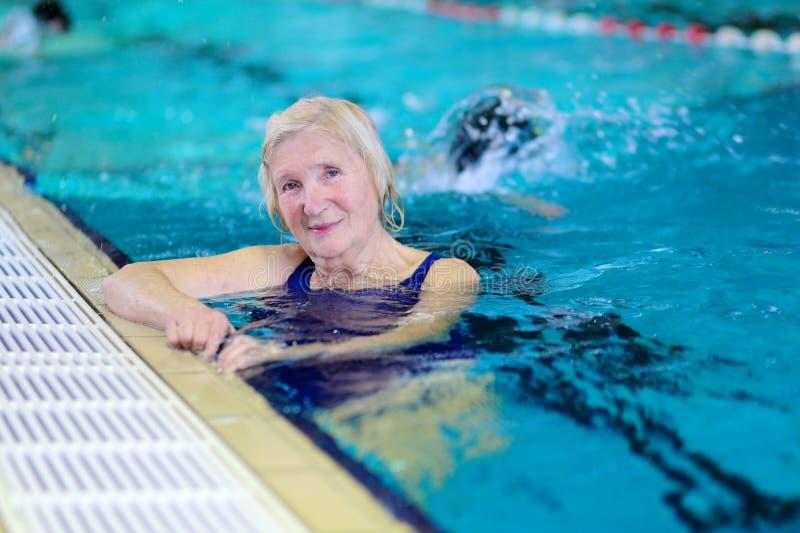 Starszy kobiety dopłynięcie w basenie fotografia stock
