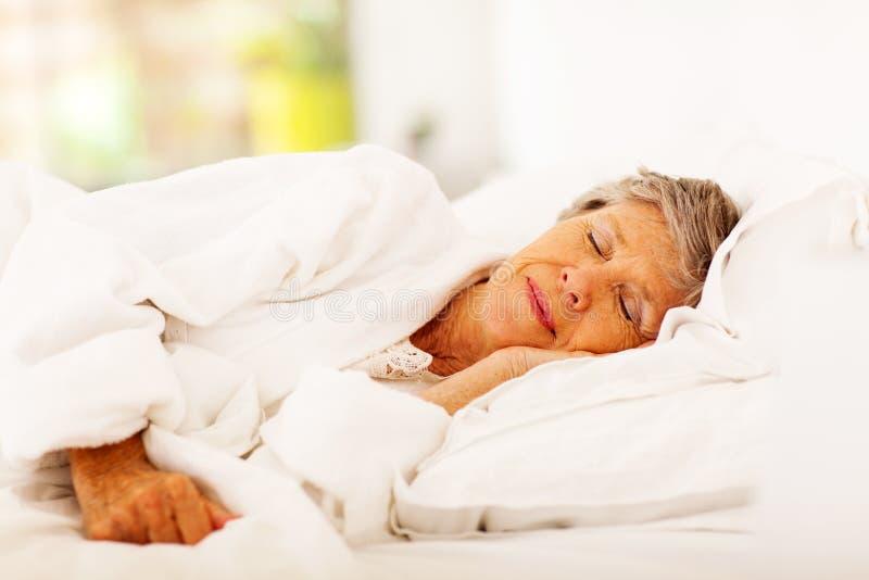 Starszy kobiety dosypianie zdjęcia royalty free