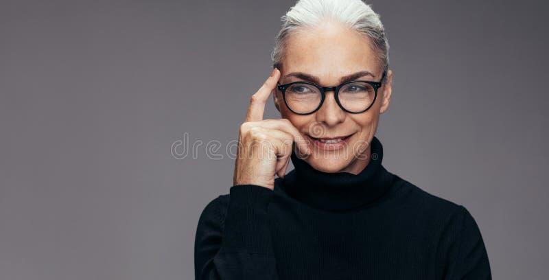 Starszy kobiety główkowanie pomysł zdjęcia royalty free