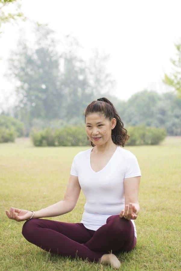 Starszy kobiety joga Zen obraz stock