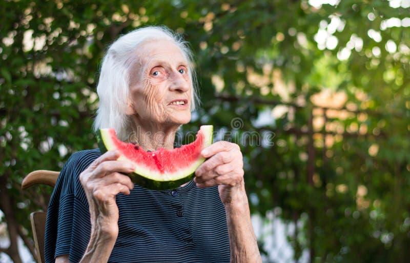 Starszy kobiety mienia arbuza plasterek zdjęcia royalty free