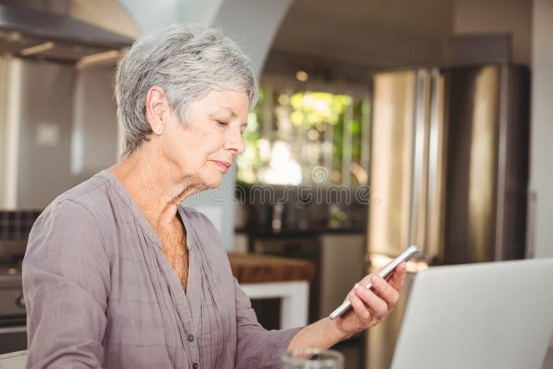 Starszy kobiety mienia telefon komórkowy zdjęcie royalty free