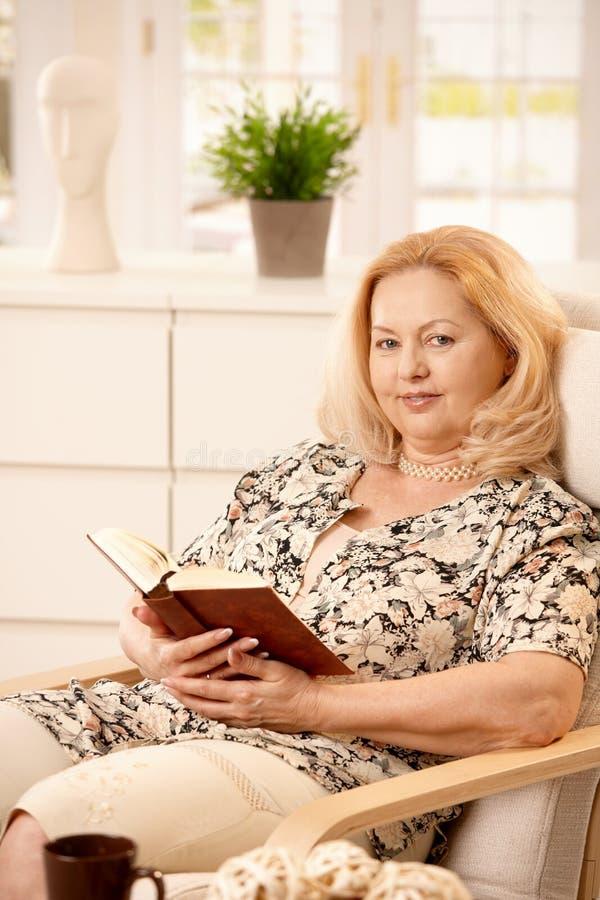 Starszej kobiety czytelnicza książka zdjęcia royalty free