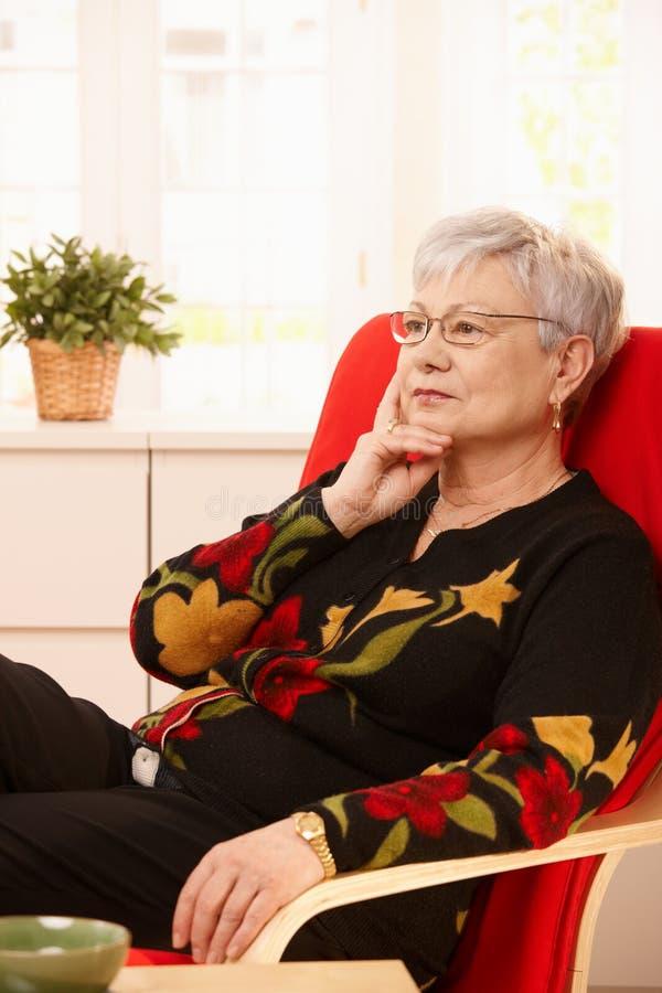 Starszy kobiety główkowanie zdjęcia stock