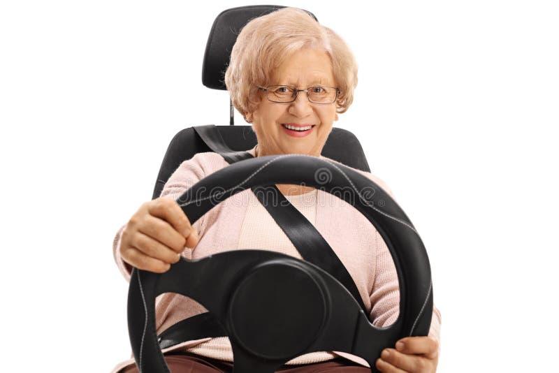 Starszy kobiety obsiadanie w samochodowym siedzeniu jeżdżeniu i fotografia stock
