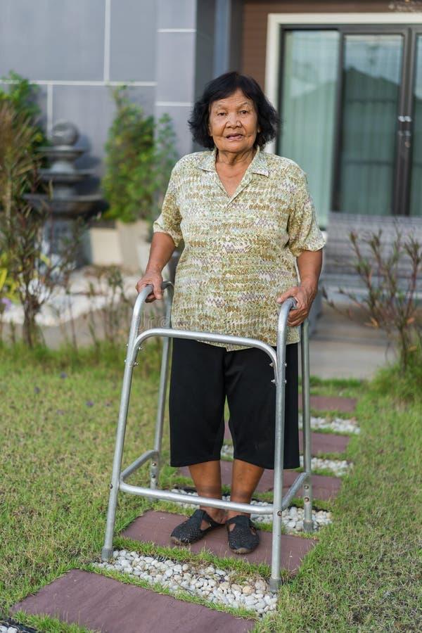 Starszy kobiety odprowadzenie z piechurem zdjęcia stock