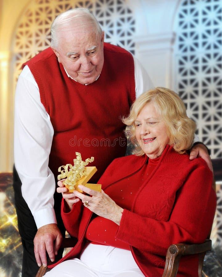 Starszy kobiety otwarcia bożych narodzeń prezent fotografia royalty free