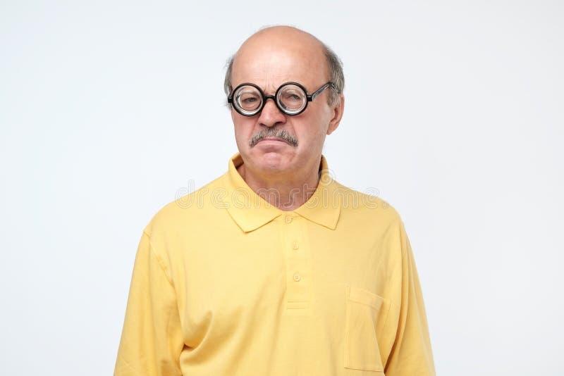 Starszy latynoski mężczyzna patrzeje kamerę jest ubranym śmiesznych szkła zdjęcia stock