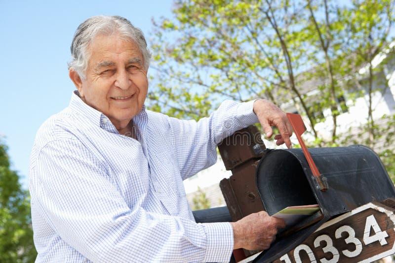 Starszy Latynoski mężczyzna Sprawdza skrzynkę pocztowa fotografia royalty free