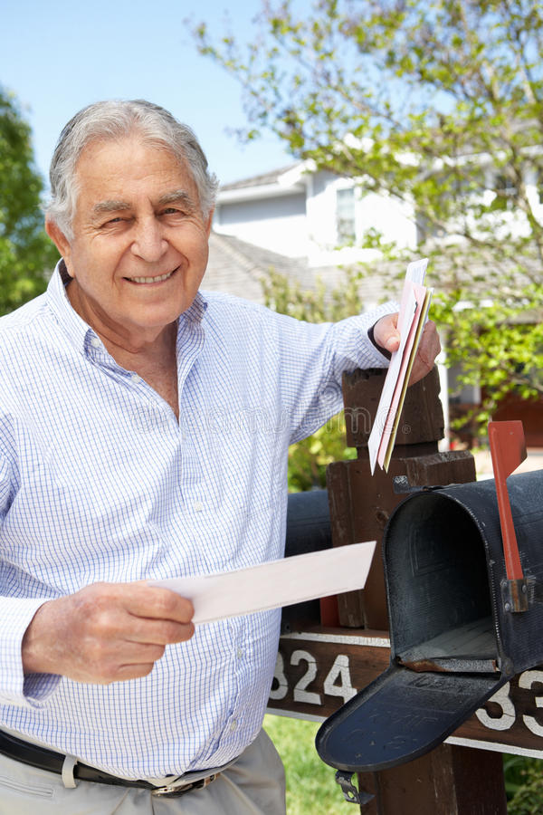 Starszy Latynoski mężczyzna Sprawdza skrzynkę pocztowa zdjęcia royalty free