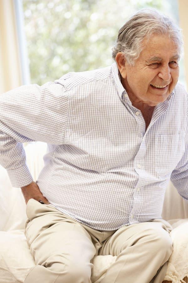 Starszy Latynoski mężczyzna z backache obrazy royalty free