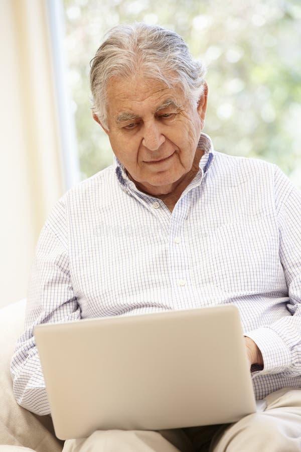 Starszy Latynoski mężczyzna z laptopem zdjęcie royalty free