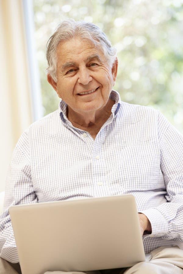 Starszy Latynoski mężczyzna z laptopem zdjęcia royalty free