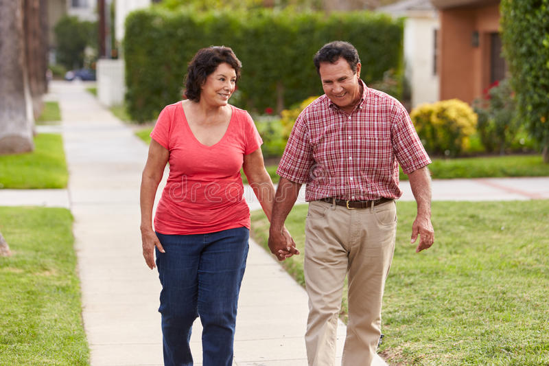 Starszy Latynoski pary odprowadzenie Wzdłuż chodniczka Wpólnie zdjęcie stock