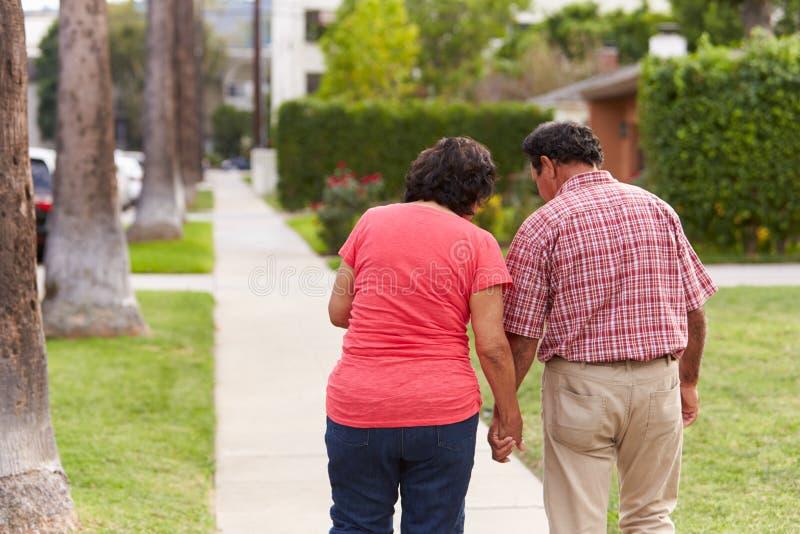 Starszy Latynoski pary odprowadzenie Wzdłuż chodniczka Wpólnie zdjęcia royalty free