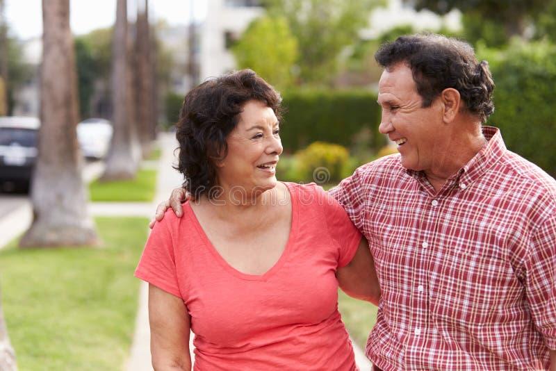 Starszy Latynoski pary odprowadzenie Wzdłuż chodniczka Wpólnie obrazy royalty free