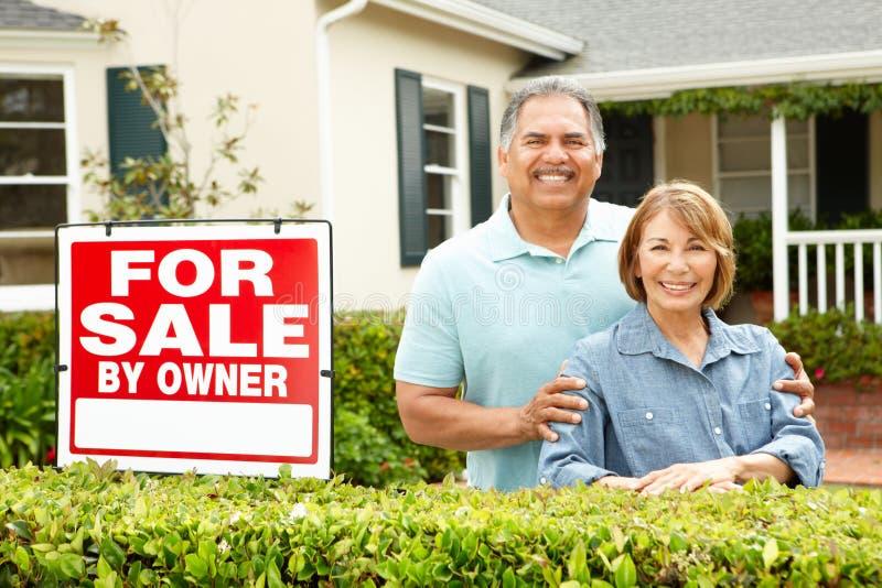 Starszy Latynoski pary sprzedawania dom zdjęcia royalty free