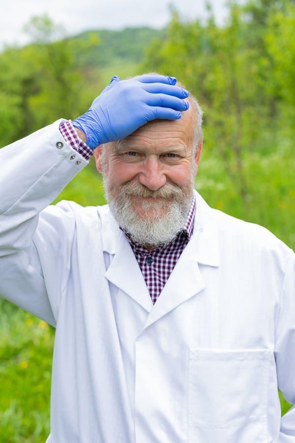 Starszy lekarz w jednolity plenerowym zdjęcie stock
