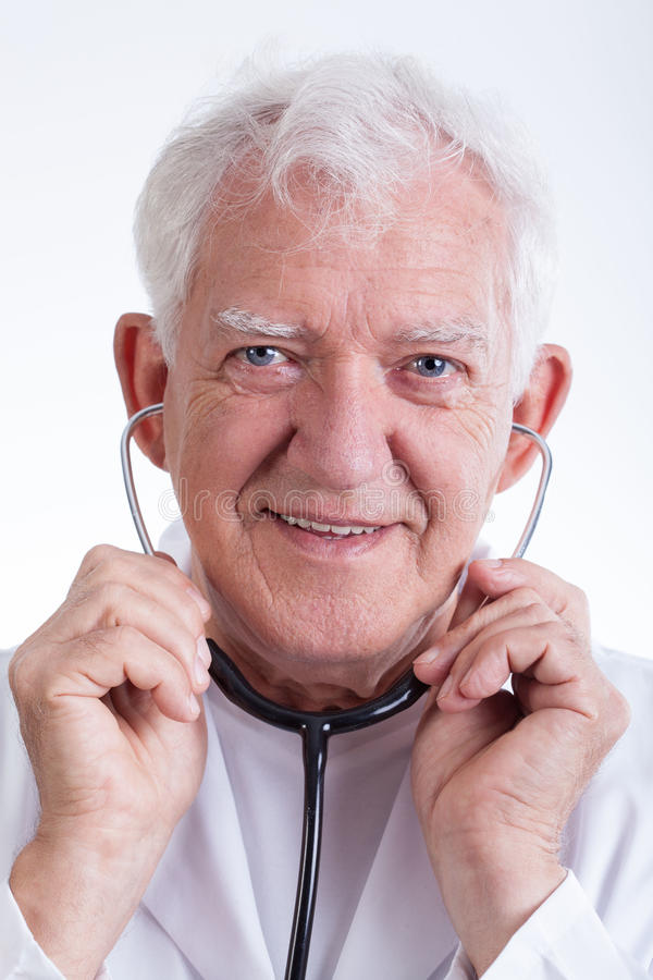 Starszy lekarz z stetoskopem zdjęcia royalty free