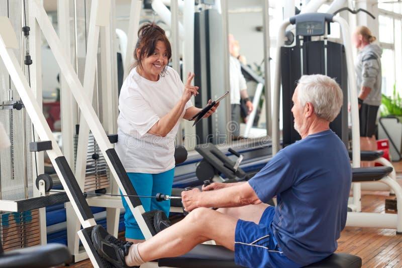Starszy ludzie ćwiczy przy gym zdjęcia stock