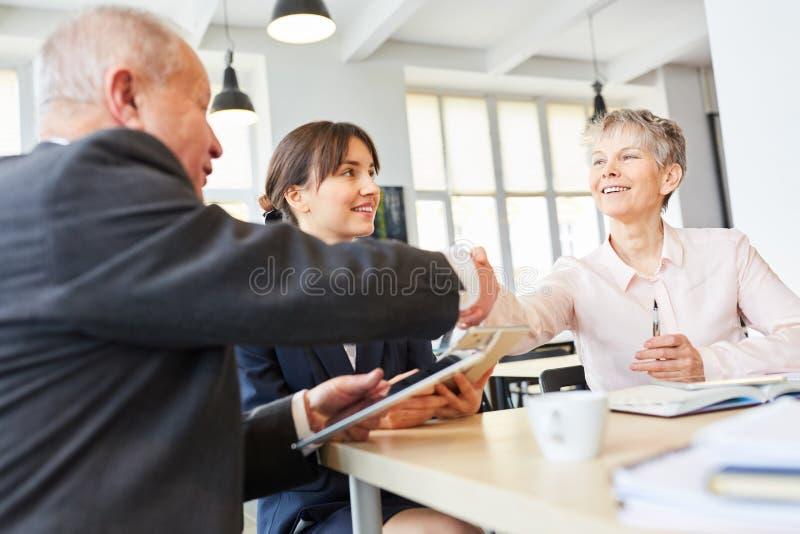Starszy ludzie biznesu część uścisku dłoni zdjęcie stock