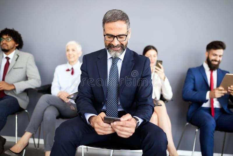 Starszy ludzie biznesu używa telefon komórkowego Telekomunikacyjna technologia i internet rzeczy zdjęcia stock