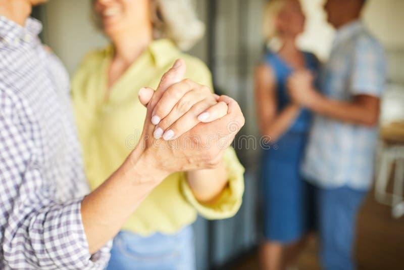 Starszy ludzie Zwalniają dancingowego zbliżenie obrazy royalty free