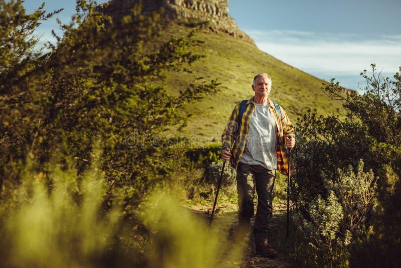Starszy mężczyzna na awanturniczej wędrówce zdjęcie royalty free