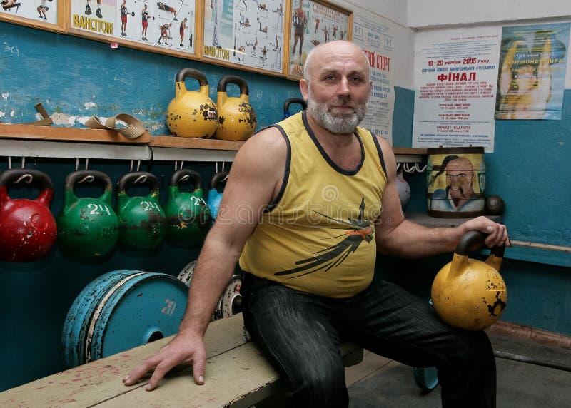 Starszy mężczyzna z kettlebell zdjęcie stock