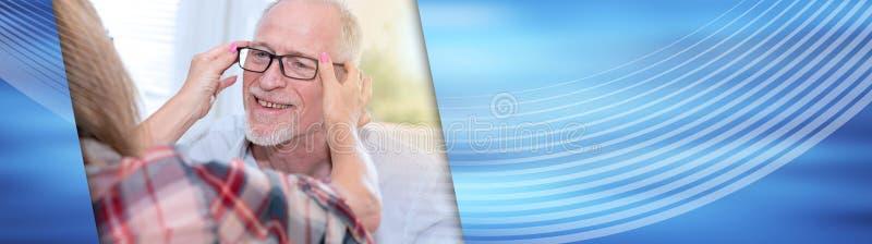 Starszy mężczyzna bada nowych eyeglasses sztandar panoramiczny obrazy stock