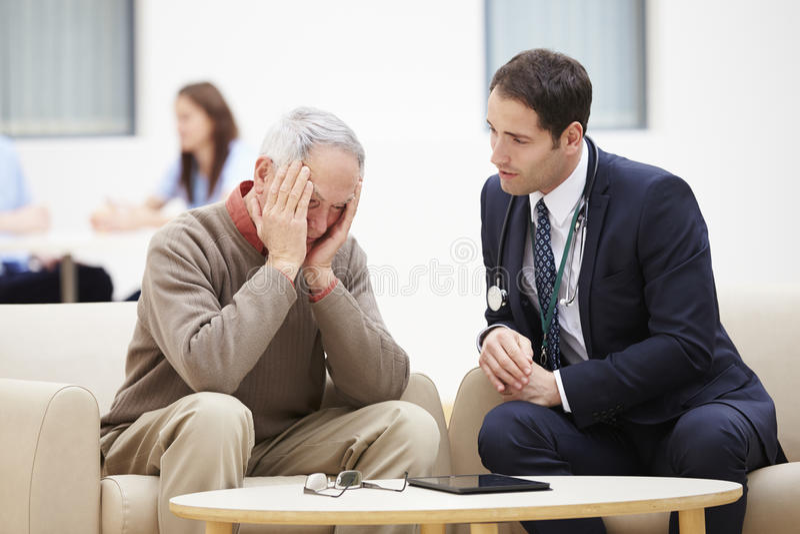 Starszy mężczyzna Dyskutuje wyniki testu Z lekarką obrazy royalty free