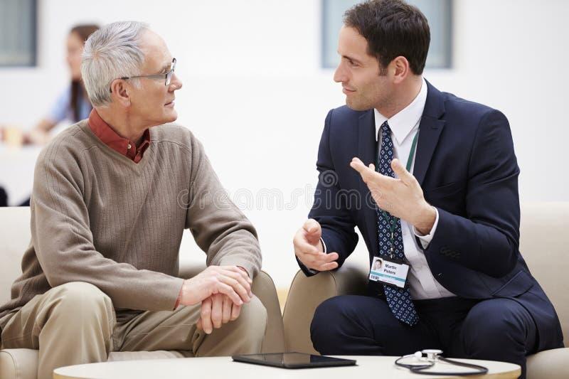 Starszy mężczyzna Dyskutuje wyniki testu Z lekarką obraz royalty free
