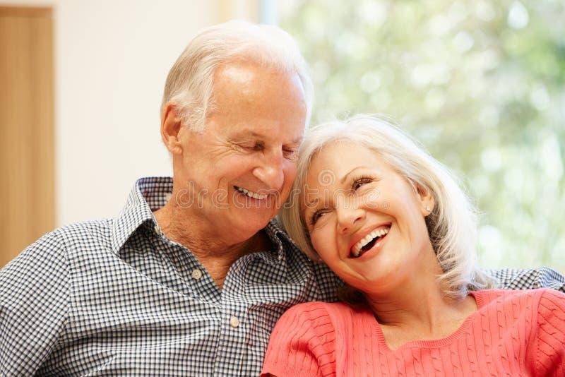 Starszy mężczyzna i córka w domu fotografia stock