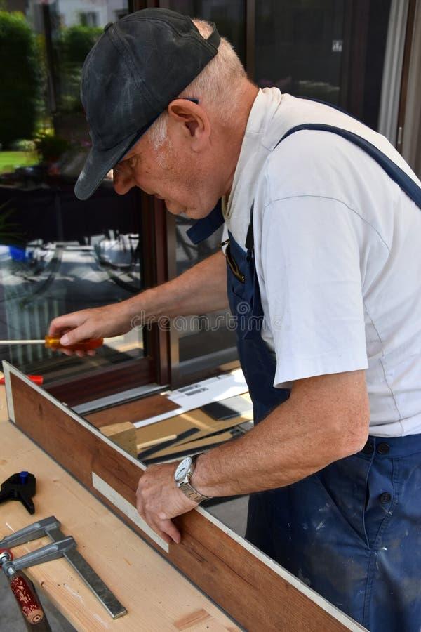 Starszy mężczyzna i robi mię zdjęcie royalty free