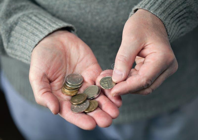 Starszy mężczyzna liczy monety zdjęcia royalty free