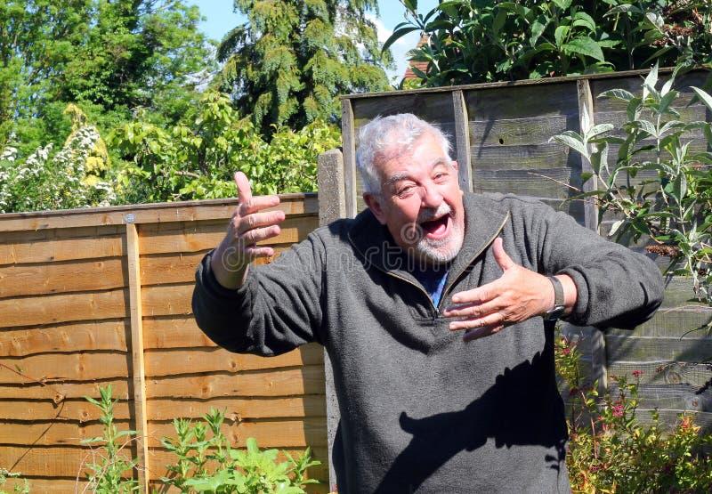 Starszy mężczyzna mówi powitanie fotografia stock