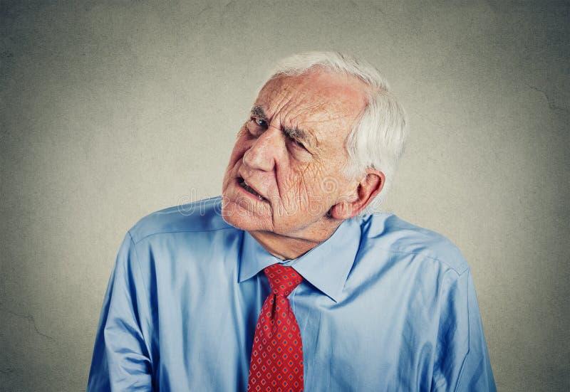 Starszy mężczyzna mocno przesłuchanie pyta mówić up no może słuchać obrazy royalty free