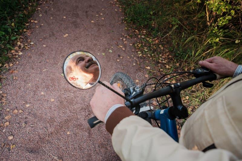 Starszy mężczyzna na cykl przejażdżce w wsi fotografia royalty free