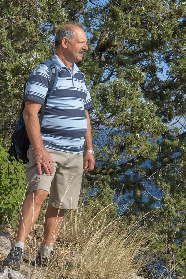 Starszy mężczyzna na skalistym dennym wybrzeżu zdjęcie stock