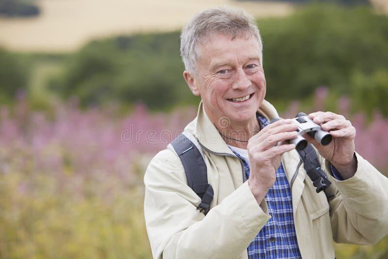 Starszy mężczyzna Na spacerze Z lornetkami zdjęcie stock