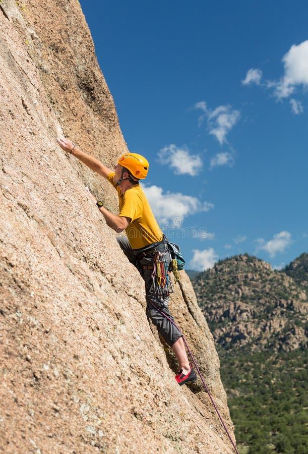 Starszy mężczyzna na stromej rockowej wspinaczce w Kolorado obrazy stock