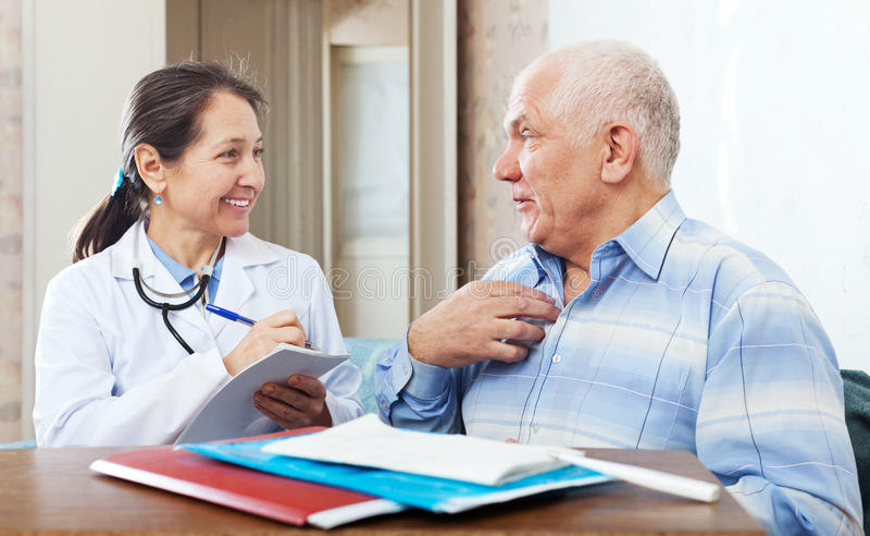 Starszy mężczyzna narzeka życzliwa lekarka obrazy stock