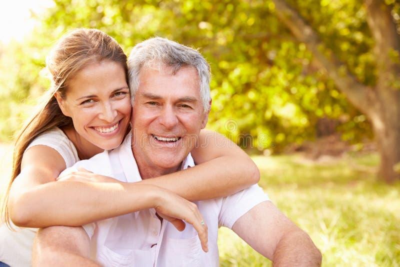 Starszy mężczyzna obejmujący jego dorosłą córką, outdoors obrazy stock