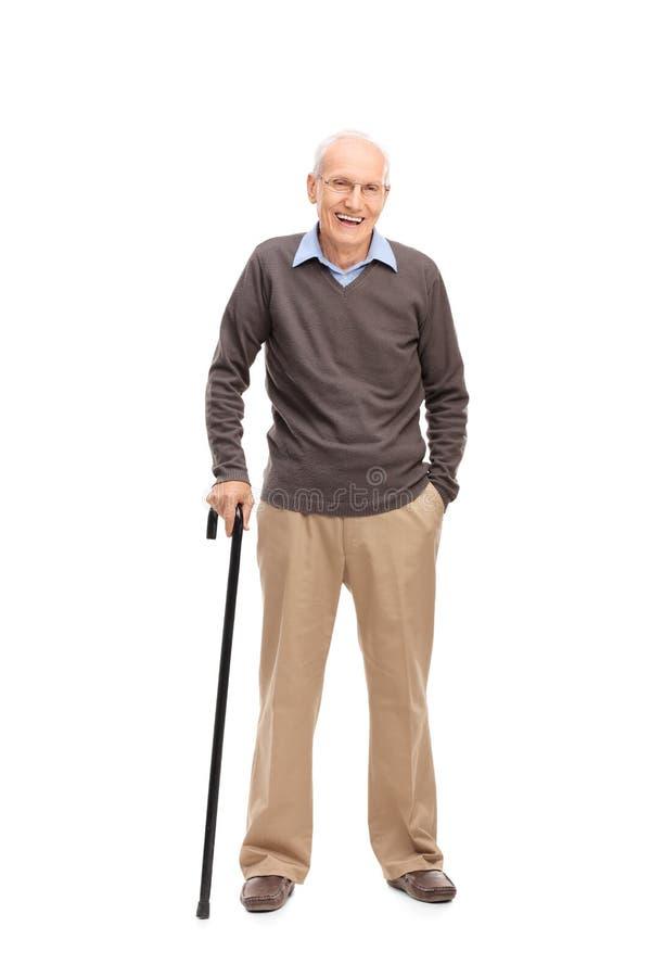 Starszy mężczyzna ono uśmiecha się i pozuje z trzciną zdjęcie royalty free